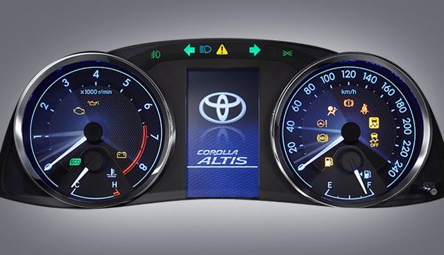 Bên trong Corolla Altis 2016 tại thị trường Thái Lan có cụm đồng hồ với họa tiết mới, đèn báo rẽ thay đổi vị trí và màn hình đa thông tin dạng màu tương tự loại trên các mẫu xe Toyota/Lexus đời mới.