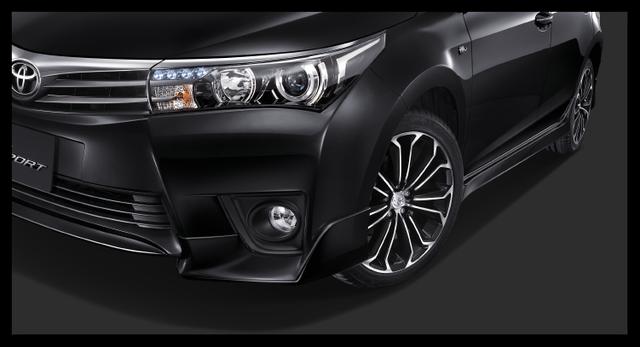 Trong khi đó, Toyota Corolla Altis ESport 2016 có thêm bộ body kit TRD với đèn sương mù trước.