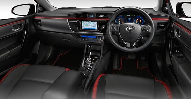 Riêng Toyota Corolla Altis ESport Nurburgring Edition có thêm ghế bọc da màu đen với điểm nhấn màu đỏ, dòng chữ ESport thêu trên ghế, bộ phụ kiện màu đỏ, vô lăng bọc da, cần số mới, thảm sàn màu đen-đỏ và hệ thống thông tin giải trí cao cấp hơn với đầu DVD cũng như tính năng định vị.