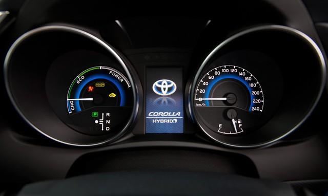 ... và cụm đồng hồ của Toyota Corolla Hybrid tại Úc.