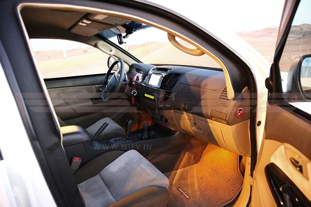 Khoang bên trong của Toyota Fortuner chống đạn cũng được bọc thêm thép, tạo thành cấu trúc tự hỗ trợ. Khung bọc thép của nội thất cho phép các bộ phận chống đạn bề mặt lớn chồng lên nhau như cửa và kính cửa sổ. Ngay cả bản lề cửa cũng được gia cố ở các trụ và bên trong cửa.