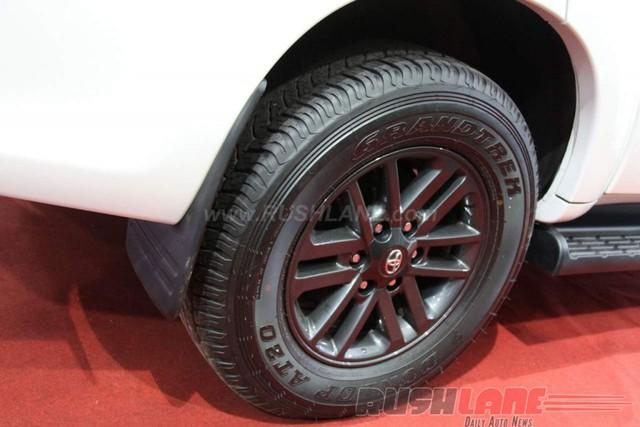 Những điểm nhấn khác của Toyota Fortuner bọc thép bao gồm lốp run-flat giúp xe chạy thêm một đoạn dài dù bị thủng và tấm thép bảo vệ bình nhiên liệu. Trong khi đó, ắc-quy và mô-đun điều khiển cũng được bảo vệ an toàn.