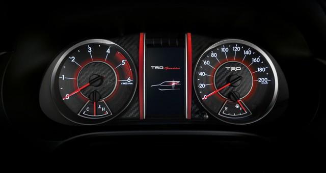 Hai màu đỏ-đen cũng được áp dụng cho thiết kế của cụm đồng hồ.