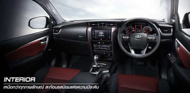 Ngoài ra, hãng Toyota còn cung cấp nhiều chi tiết nội thất màu đỏ như chỉ khâu ghế và bảng táp-lô hoặc ốp cửa. Trên vô lăng và cần số có vật liệu carbon kevlar.