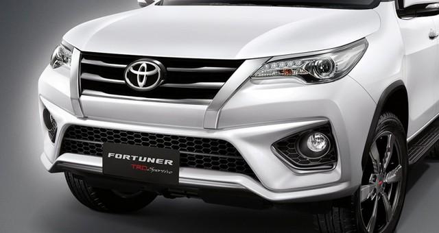 Gói phụ kiện TRD Sportivo của Fortuner thế hệ mới là sản phẩm do chi nhánh đua xe thể thao Toyota Racing Development. Nhờ gói phụ kiện TRD Sportivo, Toyota Fortuner thế hệ mới trở nên thể thao hơn với cản va trước/sau tái thiết kế đi kèm cánh lướt gió trùng màu thân, lưới tản nhiệt...