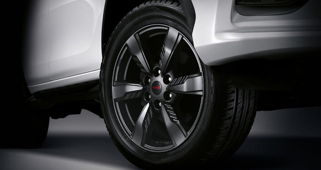 Bên cạnh đó là logo TRD Sportivo xuất hiện khắp nơi, bộ vành TRD 20 inch với 6 chấu màu đen và lốp Dunlop 265/50. Đó là còn chưa kể đến hệ thống phanh nâng cấp và hệ thống treo Sportivo, bao gồm cả lò xo lẫn giảm chấn.