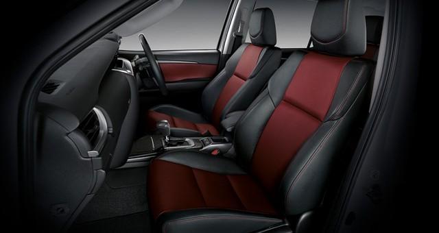 Bên trong Toyota Fortuner TRD Sportivo 2016 có hệ thống âm thanh JBL 11 loa, màn hình cảm ứng tích hợp tính năng định vị và ghế bọc da màu đen/đỏ.