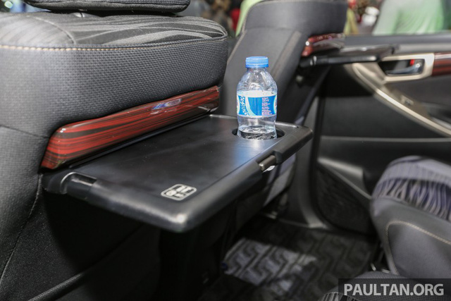 2 ghế thương gia này có vịn tay gập lên/xuống riêng và bàn để đồ với giá đựng cốc hoặc chai nước theo phong cách của MPV hạng sang Toyota Alphard.