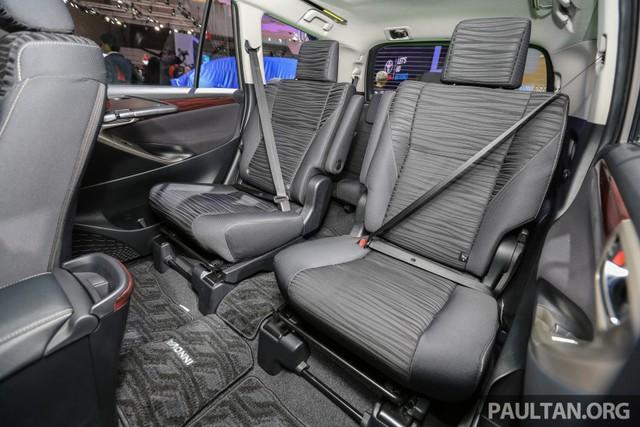 Bên trong Toyota Innova Q 2016 là không gian nội thất được bố trí ghế ngồi kiểu 2+2+2 thay vì 7 chỗ như thông thường. Trong đó, ở giữa là 2 ghế thương gia nằm độc lập với nhau thay vì nối liền như các bản trang bị thấp hơn.