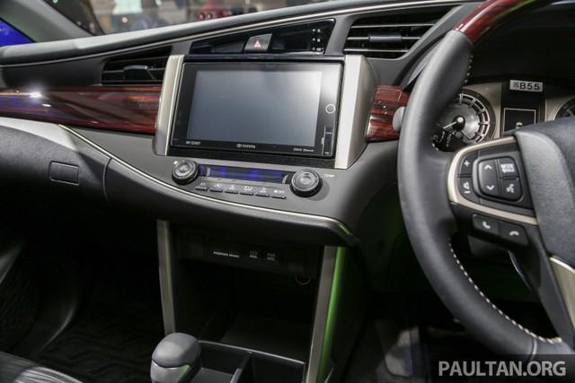 Bên trong Toyota Innova Q 2016 có cửa gió điều hòa cho cả 3 hàng ghế. Cụm điều khiển trung tâm còn đi kèm nút bấm chỉnh hệ thống đèn viền dạng LED như xe sang của Toyota Innova 2016 bản cao cấp nhất.