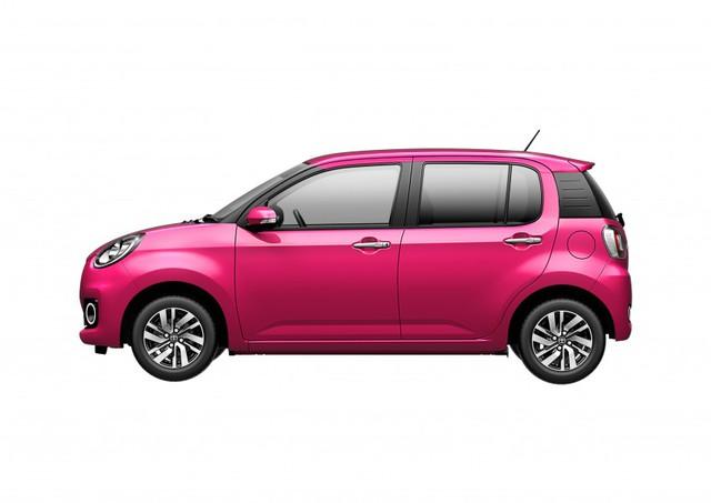 Nhìn bên sườn, Toyota Passo X và Moda không khác nhau nhiều. Xe được trang bị trụ C màu đen, mở rộng đến cửa sổ thứ ba. Do đó, đèn hậu của xe bị đẩy lùi về phía sau, lấn sang cả cửa mở khoang hành lý. Ăng-ten của Toyota Passo nằm lệch sang bên phải thay vì chính giữa như thông thường.