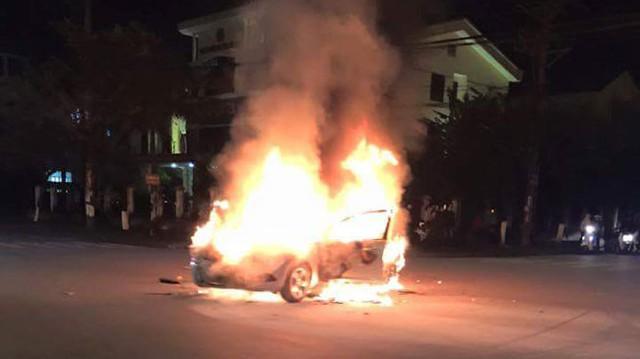 Chiếc Ford Focus cháy đùng đùng trong đêm Giao thừa.