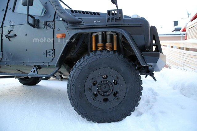 Ngoài ra, xe còn có bậc cửa lên xuống khác biệt, hệ thống treo hạng nặng và vành cỡ lớn đi kèm lốp việt dã.