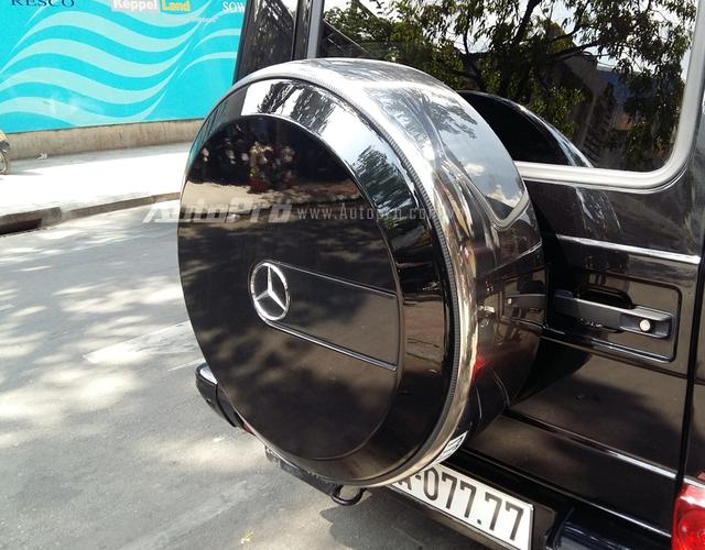 Phía đuôi xe có lốp dự phòng cỡ lớn vẫn là trang bị đặc trưng cho các dòng Mercedes-Benz G-Class.