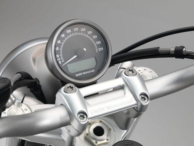 Đồng hồ tròn, nhỏ hiển thị vận tốc và được bố trí màn hình điện tử phía dưới.