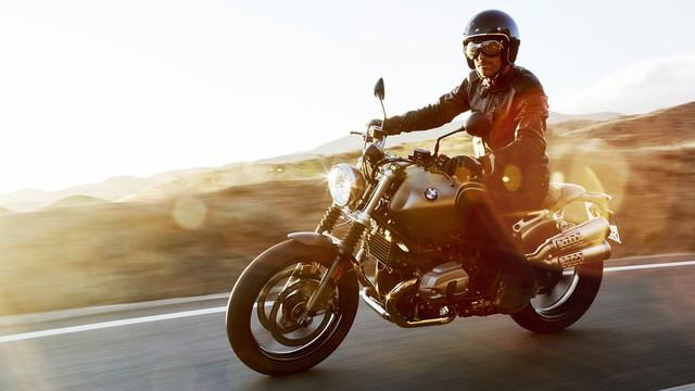 BMW Motorrad RnineT Scrambler 2017 được định vị trong bộ sưu tập Heritage (Di sản) của nhánh mô tô thuộc tập đoàn BMW Group. Xe sử dụng động cơ boxer 2 xy-lanh nằm ngang đối xứng với dung tích 1.170 cc, sản sinh công suất cực đại 110 mã lực và mô-men xoắn cực đại 116 Nm. Đi kèm với đó là hộp số 6 cấp.