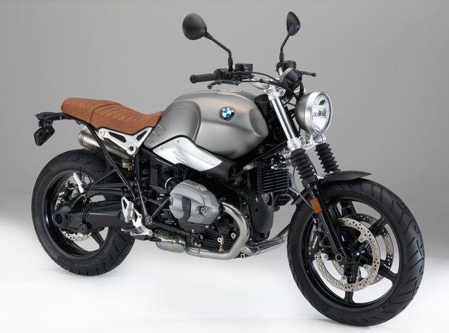 BMW Motorrad RnineT Scrambler 2017 có phiên bản mâm đúc 5 cánh hình ngôi sao. Vành trước 19inch và vành sau 17inch.