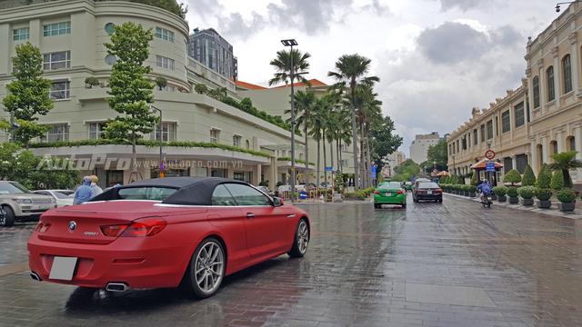 BMW 650i mui trần của Phan Thành thuộc thế hệ thứ 3 được trình làng lần đầu tại triển lãm ôtô Thượng Hải năm 2011. So với thế hệ cũ, 650i 2012 có thiết kế góc cạnh hơn và được áp dụng công nghệ LED hiện đại ở cụm đèn pha, hậu và đèn sương mù.