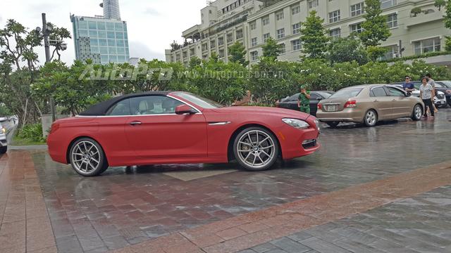 Vào sáng nay, ngày 26/6/2016, giới săn ảnh tại Sài Gòn đã bắt gặp một chiếc BMW 650i Convertible với bộ áo độc đáo màu mận đỏ nhám lăn bánh tại khu phố đi bộ Nguyễn Huệ.