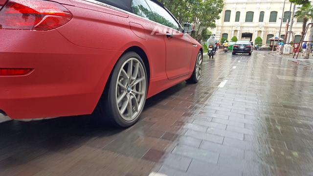 BMW 650i 2012 sử dụng động cơ V8, dung tích 4,4 lít, tăng áp turbin kép, sản sinh công suất tối đa 400 mã lực và mô-men xoắn cực đại 610 Nm. Hộp số tự động 8 cấp là tùy chọn, trong khi tiêu chuẩn số sàn 6 cấp. 650i 2012 có thể tăng tốc từ 0 lên 100 km/h sau 4,8 giây và đạt tốc độ tối đa 249 km/h.