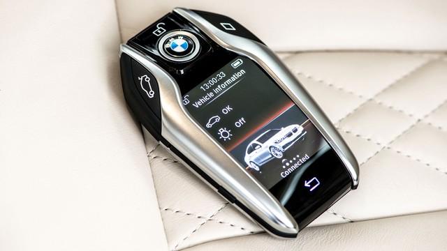 Cận cảnh chìa khóa thông minh Display Key của BMW 7-Series 2016.