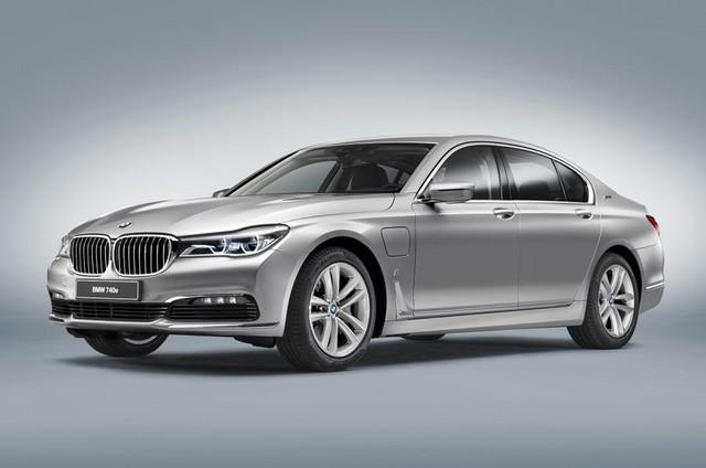 Với khối động cơ hybrid, mẫu sedan cỡ lớn có thể tăng tốc lên 100 km/h chỉ trong 5,6 giây và có mức tiêu hao nhiên liệu ấn tượng là 2,1 lít cho 100 km đường hỗn hợp.