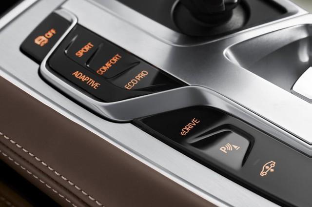Hãng xe Đức cũng trang bị cho mẫu xe hạng sang nút eDrive để điều khiển các chế độ vận hành của xe. Cụ thể, khi ở chế độ tự động (Auto), BMW 740e iPerformance sẽ dùng toàn bộ động cơ điện ở dải vận tốc thấp và trung bình, trong khi chuyển sang sử dụng hoàn toàn động cơ xăng ở vận tốc cao (trên 80 km/h) hay trong những trường hợp phải tăng tốc gấp.