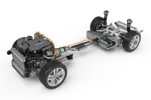 BMW 740e iPerformance mới được trang bị động cơ xăng 2.0 4 xi-lanh tăng áp, kết hợp với động cơ điện để tạo ra công suất cực đại 326 mã lực và mô-men xoắn cực đại 500 Nm, trong đó, riêng động cơ xăng đóng góp 258 mã lực và 400 Nm. Nếu chỉ dùng động cơ điện, quãng đường mà chiếc 740e iPerformance có thể đi là 40 km với phiên bản dẫn động cầu sau và 37 km với phiên bản dẫn động 4 bánh xDrive.