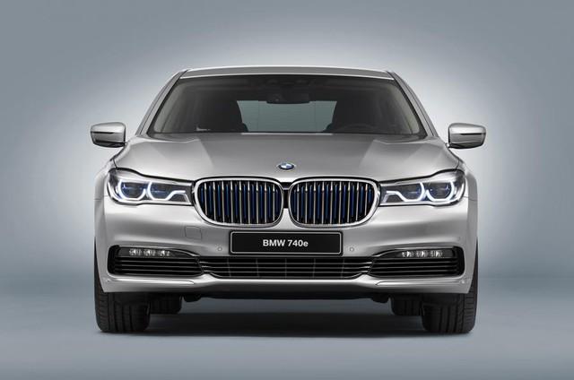 Mẫu xe hybrid hiệu suất cao sẽ được giới thiệu tại triển lãm xe Geneva vào tháng sau, đồng thời cũng là mẫu xe BMW 7 Series đầu tiên sử dụng động cơ hybrid. Ngoài ra, đây cũng là chiếc xe đầu tiên của dòng iPerformance, một logo mới sẽ xuất hiện trên các mẫu BMW hybrid hiệu suất cao trong tương lai.