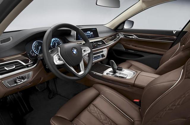 Trong khi ở chế độ Max eDrive, xe sẽ chỉ sử dụng động cơ điện để tăng tốc lên vận tốc tối đa 140 km/h. Đương nhiên là trên chiếc sedan đầu bảng này cũng không thể thiếu các chế độ vận hành như Eco Pro (tiết kiệm), Comfort (thoải mái) hay Sport (thể thao).