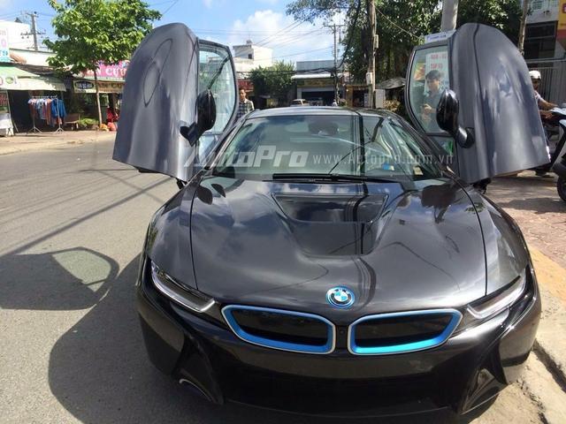 BMW i8 đầu tiên xuất hiện tại Cà Mau sở hữu ngoại thất xám bút chì đi kèm tùy chọn là đường viền xanh trên lưới tản nhiệt trước, bên hông và đuôi x. Ngoài ra, la-zăng 5 chấu kép thể thao cũng là tùy chọn nổi bật bên cạnh bộ mâm đa chấu kép quen thuộc.