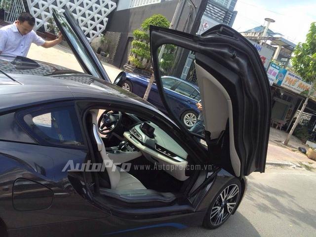 BMW i8 sở hữu động cơ 3 xy-lanh, TwinPower Turbo, dung tích 1,5 lít, sản sinh công suất tối đa 231 mã lực và mô-men xoắn cực đại 320 Nm. Động cơ kết hợp một mô-tơ điện cho công suất tối đa 131 mã lực và mô-men xoắn 250 Nm. Như vậy, tổng công suất của BMW i8 là 362 mã lực và mô-men xoắn cực đại 570 Nm. Sức mạnh trên cho phép BMW i8 tăng tốc từ 0-100 km/h trong vòng 4,4 giây trước khi đạt vận tốc tối đa 250 km/h.