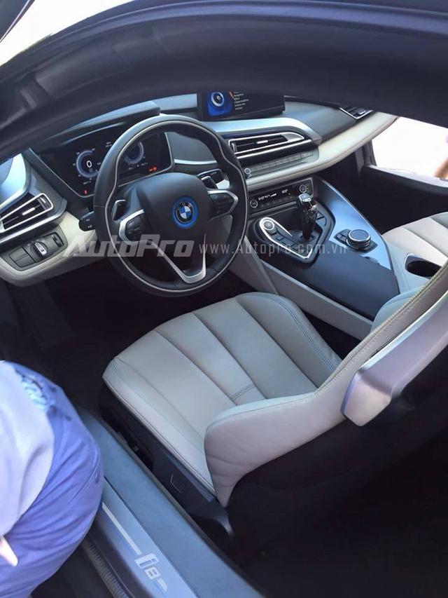 Ngoại hình của BMW i8 được trau chuốt tỉ mỉ đến từng chi tiết. Bên trong là không gian nội thất thể thao với thiết kế 4 chỗ ngồi. Tuy nhiên, 2 ghế sau chỉ phù hợp với trẻ em. Bên cạnh đó là ghế bọc da, vô lăng thể thao 3 chấu với những đường chỉ may uốn lượn, màn hình trung tâm 10,25 inch và tính năng hiển thị thông số lên kính chắn gió như xe trong phim khoa học viễn tưởng.