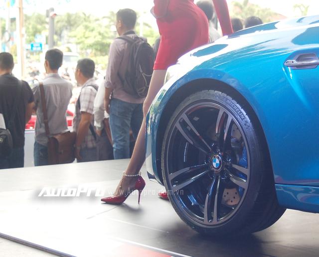 BMW trang bị cho M2 Coupe bộ la-zăng 19 inch 5 chấu kép thể thao với chất liệu nhôm đúc, điểm nhấn cùm phanh cao cấp được sơn màu xanh dương nổi bật, M2 Coupe sử dụng lốp Michelin Pilot Super Sport.