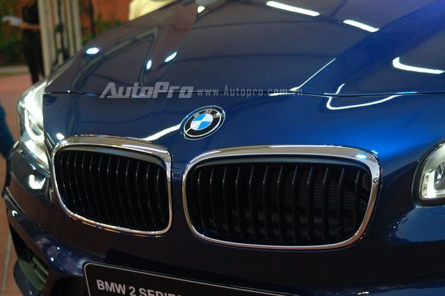 BMW 218i Gran Tourer vẫn giữ đường nét thiết kế cổ điển của BMW với lưới tản nhiệt hình quả thận, tuy nhiên có tinh chỉnh lại đôi chút ở các nan dọc lưới tản nhiệt hơi nhô ra trước.