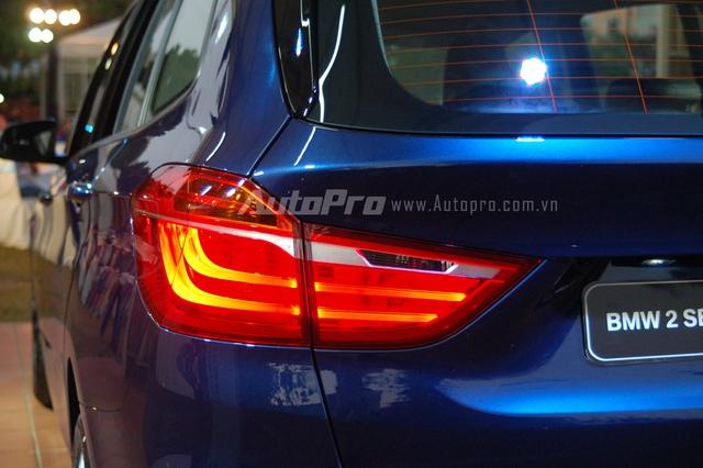 Ngoài ra, còn có trang bị tiên tiến như cặp đèn pha và hậu sử dụng công nghệ LED tiên tiến. BMW 218i Gran Tourer có kích thước tổng thể bao gồm chiều dài 4.442 mm, chiều rộng 1.800 mm và chiều cao 1.607 mm. Các số đo về chiều dài và cao của chiếc MPV 7 chỗ ấn tượng hơn so với mẫu xe Active Tourer 5 chỗ, giúp không gian nội thất xe rộng rãi hơn trước.