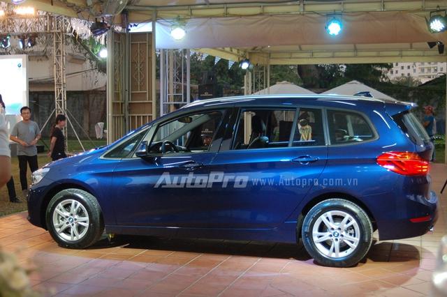Các đường gân bên hông tạo nên dáng vẻ khỏe khoắn cho mẫu xe gia đình 7 chỗ ngồi. BMW 218i Gran Tourer sẽ có 8 màu sắc ngoại thất cho các khách hàng lựa chọng.