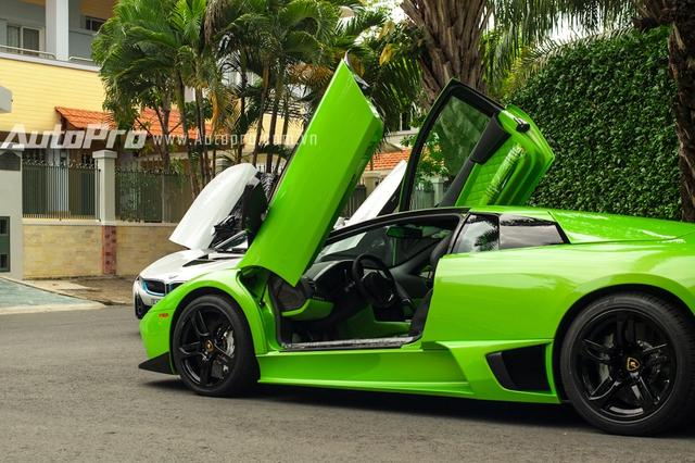 Có thể thấy, điểm nổi bật của cặp đôi này là thiết kế kiểu cửa cắt kéo trên Lamborghini Murcielago và cửa mở hình cánh bướm trên BMW i8.