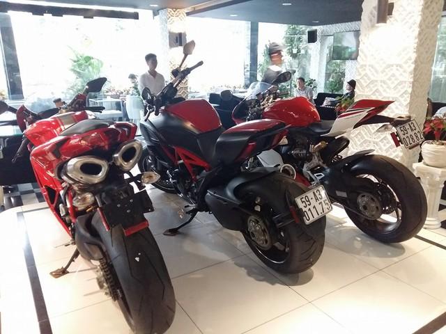 Tuy nhiên, rất ít người biết, nữ đại gia này còn sở hữu nhiều siêu phẩm mô tô đình đám khác. Trong đó, có bộ 3 Ducati là 1199 Panigale S Tricolore, Diavel Carbon và 1198SP. Bộ ba mô tô này thường được nữ chủ nhân cho trưng bày trong quán cà phê của mình tại quận 7 để khách chiêm ngưỡng.