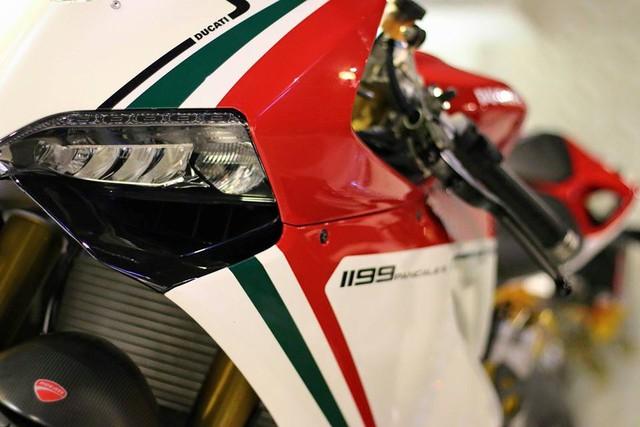 Ducati 1199 Panigale S Tricolore sử dụng khối động cơ Superquadro, L-Twin, dung tích 1.198 phân khối, sản sinh công suất tối đa 195 mã lực tại vòng tua máy 10.750 vòng/phút và mô-men xoắn cực đại 132 Nm tại 9.000 vòng/phút. Hộp số 6 cấp kết hợp hệ thống bướm ga điện tử Ride-by-wire.