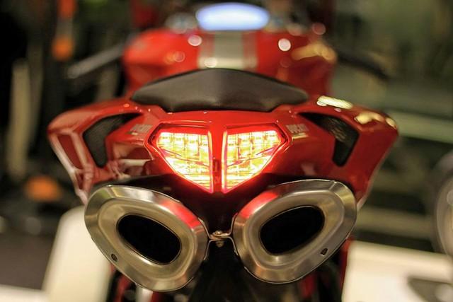 1198SP được trang bị gói công nghệ an toàn gồm hệ thống kiểm soát độ bám đường do Ducati chế tạo, hệ thống hỗ trợ sang số nhanh và phân tích dữ liệu (DDA). Giảm xóc trước và sau của Ohlins, bộ mâm 7 chấu trọng lượng nhẹ của Marchesini đi kèm là cùm phanh hàng hiệu Brembo là những trang bị nổi bật khác của xe.