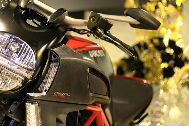 Diavel được trang bị động cơ là loại Testatretta, dung tích 1.198 phân khối, phun nhiên liệu điện tử, sản sinh công suất tối đa 162 mã lực và mô men xoắn cực đại 128 Nm. Hộp số 6 cấp đi kèm ba chế độ lái, bao gồm Urban (nội thành), Touring (đường trường) và Sport (thể thao). Ducati Diavel tiêu chuẩn có giá bán khi ra mắt 16.995 USD trong khi phiên bản Carbon có giá 19.990 USD.