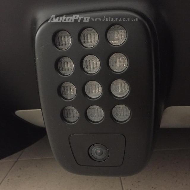 Đuôi xe nổi bật với bộ cản va sau thiết kể thể thao cùng điểm nhấn là đèn phanh dạng LED 12 bóng nằm giữa, có thiết kế tương tự như những xe đua F1. Bên dưới là cặp ống xả tròn đặt đối xứng.