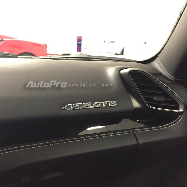 """Dòng chữ 488 GTB được đặt gọn gàng trên bảng táp lô góc phải. Trong đó """"GTB"""" được viết tắt từ """"GranTurismo Berlinetta""""."""