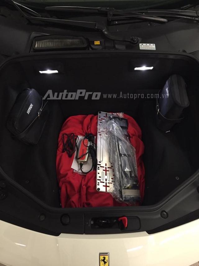 Tương tự như đàn anh 458 Italia, động cơ trên Ferrari 488 GTB là loại đặt giữa. Do đó, nắp capô phía trước dùng để làm khoang hành lý và tương đối rộng rãi. Trong ảnh là đồ chơi hàng hiệu đi kèm dành cho chiếc Ferrari 488 GTB như túi xách và áo trùm xe chính hãng.