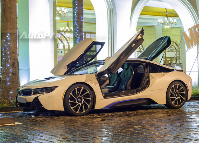 Trái ngược ngoại thất trắng muốt, bên trong khoang lái chiếc BMW i8 là nội thất màu đen ấn tượng. Cách phối màu đối lập này từng giúp BMW i8 thứ 3 tại Việt Nam trở nên khác biệt so với 8 chiếc màu trắng xuất hiện sau đó với nội thất màu kem. Ngoài ra, chiếc BMW i8 này còn từng rất nổi tiếng khi xuất hiện trong MV Yolo của ca sĩ Minh Hằng.