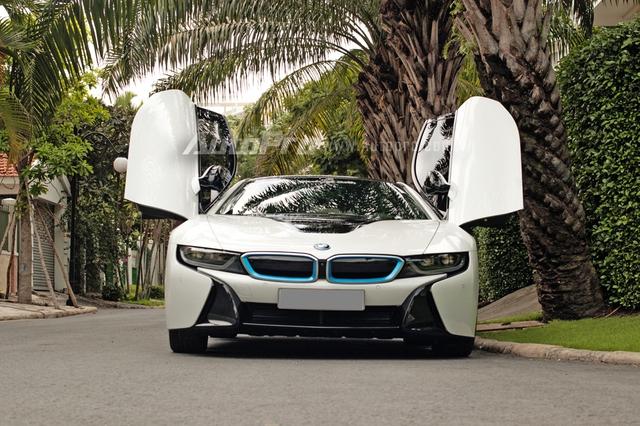Kiểu cửa mở hình cánh bướm giúp chiếc xe thể thao BMW i8 trị giá 7 tỷ Đồng tạo nên cơn sốt trong giới chơi xe Việt. Đến nay, đã có 35 chiếc được đưa về nước, trong đó, BMW i8 của vị đại gia này là chiếc thứ 3.