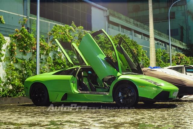 Lamborghini Murcielago LP640 trong bộ áo xanh cốm từng rất nổi tiếng khi xuất hiện lần đầu vào năm 2010 tại Đà Nẵng. Sau đó, siêu bò còn gây choáng giới chơi xe Việt khi đeo biển kiểm soát tứ quý 8 và được cho là món quà của người bố tặng cho cậu con trai 9X khi hoàn thành 12 năm đèn sách.