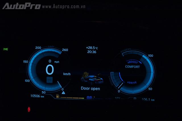 Ngoài chế độ Eco, BMW i8 còn được trang bị 2 chế độ lái khác là Comfor với 2 vòng tua máy có hình màu bạc. Khi chuyển sang chế độ Sport, đồng hồ sẽ có hình màu đỏ.