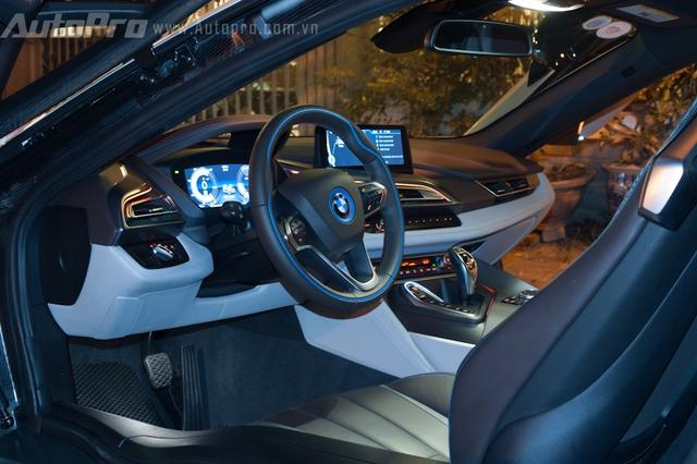 BMW i8 sở hữu nội thất thể thao với thiết kế 4 chỗ ngồi, trong đó 2 ghế sau chỉ phù hợp với trẻ em. Xe được trang bị ghế bọc da cao cấp, vô lăng thể thao 3 chấu với những đường chỉ may uốn lượn, màn hình trung tâm 10,25 inch cùng tính năng hiển thị thông số lên kính chắn gió như trong bộ phim khoa học viễn tưởng.